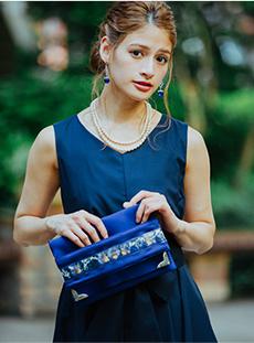 ドレスと同系色のバッグで全体にまとまりをもたせる